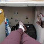"""Hur gott om plats som helst för fötter och handbagage. Ingenting behöver lyftas upp i """"bagagehyllan ovanför er""""."""