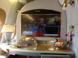 """Flygstolen är en egen liten kabin, med 27"""" HD-skärm, hudvårdsprodukter och godsaker. Samt en egen minibar."""